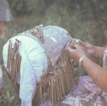 Плетение кружева коклюшками.